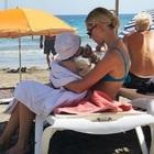 Chiara Ferragni, la foto in spiaggia a Ibiza. I fan non credono ai loro occhi: «Manca solo la borsa frigo»