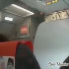 Show sull'aereo Easy Jet: lo stuart da spettacolo durante l'atterraggio