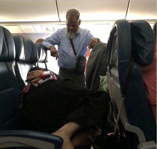 Il marito resta in piedi durante un volo di 6 ore per far riposare la  moglie: la foto scatena il web - Il Mattino.it