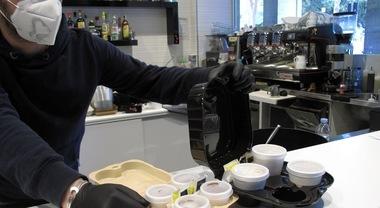 Coronavirus a Torino, il barista porta il caffè ai poliziotti in servizio: multato dai vigili urbani
